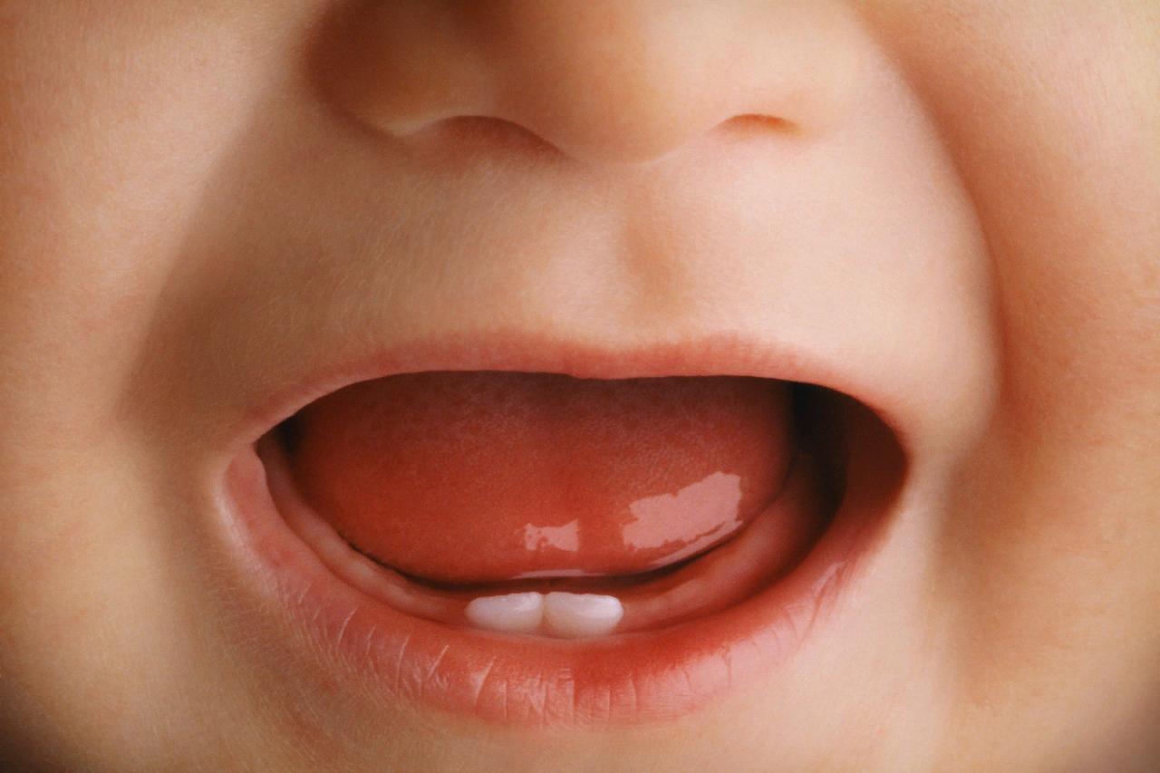 почему дарят серебряную ложку на первый зуб