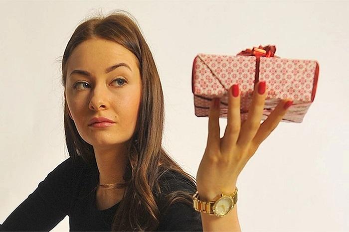 Какие подарки нельзя дарить девушке и женщине – изучаем приметы